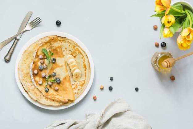 Crêpes, crêpes russes minces sur une assiette blanche.