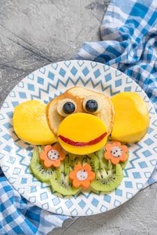 Crêpes drôles de singe pour le petit déjeuner des enfants
