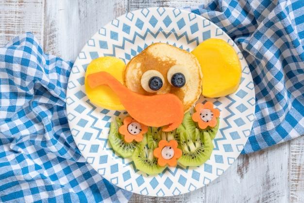 Crêpes d'éléphants drôles pour le petit déjeuner des enfants