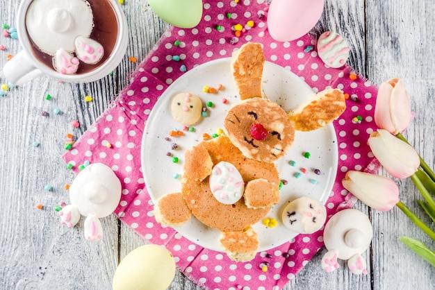 Crêpes d'enfants de pâques drôles