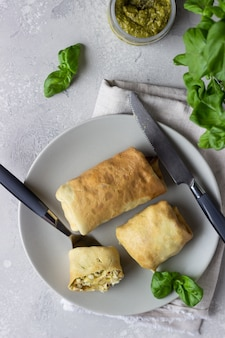 Crêpes farcies au poulet, tomates, mozzarella et pesto