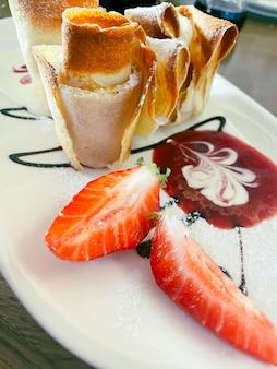 Crêpes fines aux fraises fraîches et à la menthe. photo de nourriture