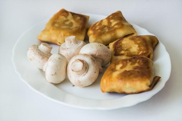Crêpes fourrées et champignons sur assiette