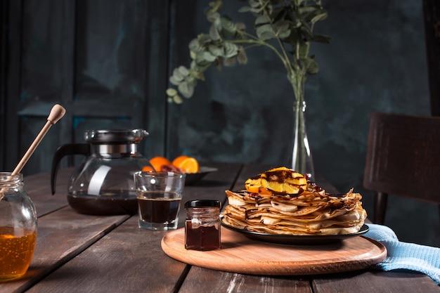 Crêpes françaises fraîches faites maison avec des œufs, du lait et de la farine, remplis de marmelade sur une assiette vintage
