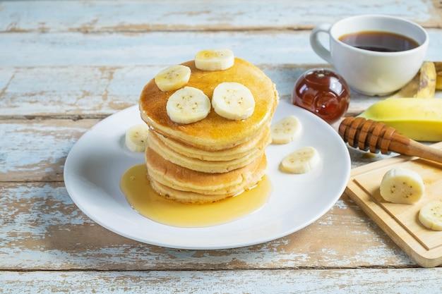 Crêpes garnies de miel et de bananes sur la table