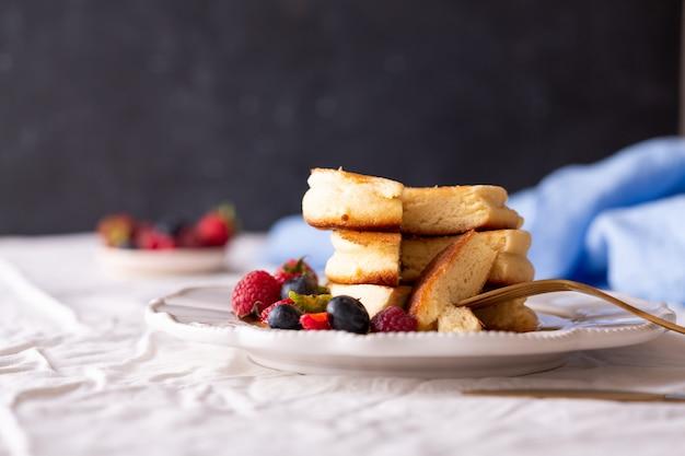 Crêpes japonaises à la mode pour le petit déjeuner avec des baies
