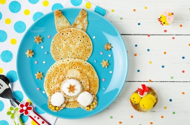Crêpes de lapin drôle sur l'assiette