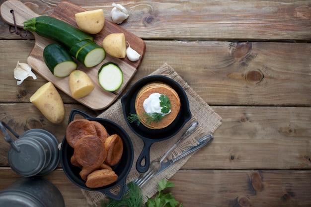Crêpes de légumes dans une poêle en fonte sur un bois