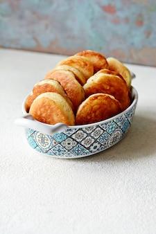 Crêpes à la levure au sucre en poudre sur fond clair.