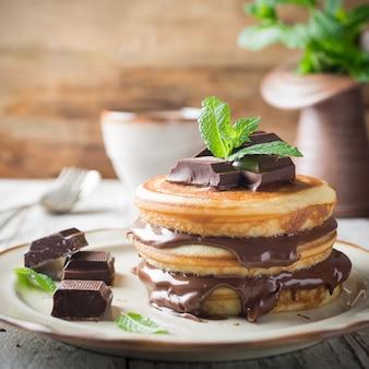 Crêpes maison avec pâte à tartiner au chocolat.