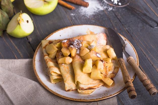 Crêpes minces (crêpes) fourrées aux pommes