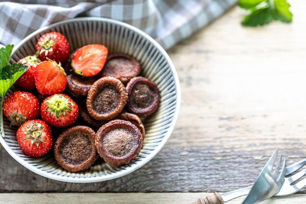 Crêpes minuscules au chocolat dans un bol avec des fraises