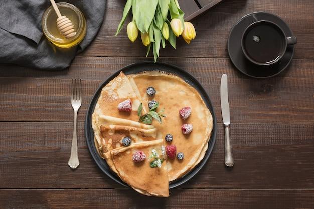 Crêpes petit déjeuner russe traditionnel, café, miel. printemps. shrovetide.