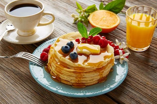 Crêpes petit déjeuner sirop café et jus d'orange