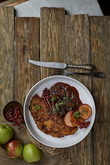 Crêpes de pommes de terre draniki. le plat national de biélorussie, d'ukraine et de russie. galettes de pommes de terre aux champignons.