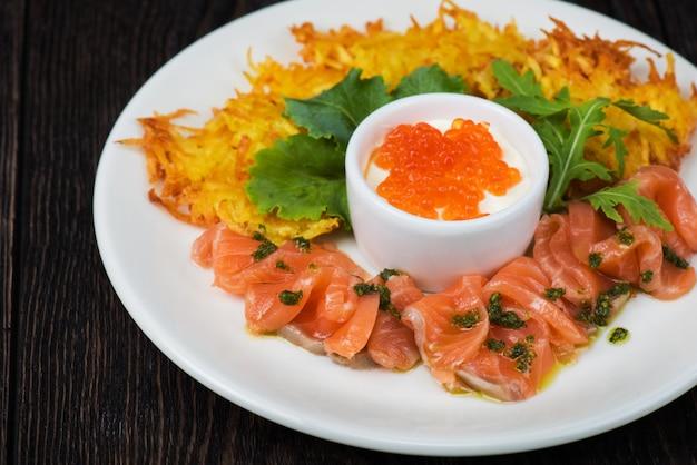 Crêpes de pommes de terre, poisson saumon et caviar rouge