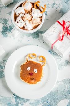 Crêpes pour le petit-déjeuner de noël des enfants