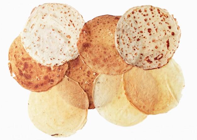 Crêpes rondes de différents degrés de cuisson