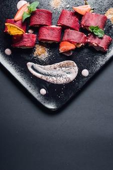 Crêpes rouges au tofu. les crêpes contiennent du jus de betterave, de la farine de blé, du lait végétal, isolé sur fond bleu, gros plan, vue de dessus