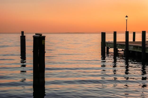 Crépuscule au lac de garde italie