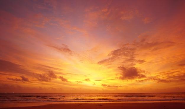 Crépuscule beau coucher de soleil.