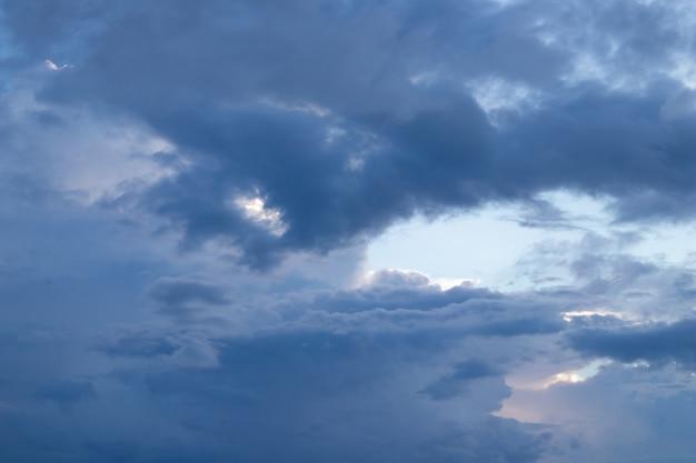 Crépuscule ciel nuageux sombre en saison des pluies.