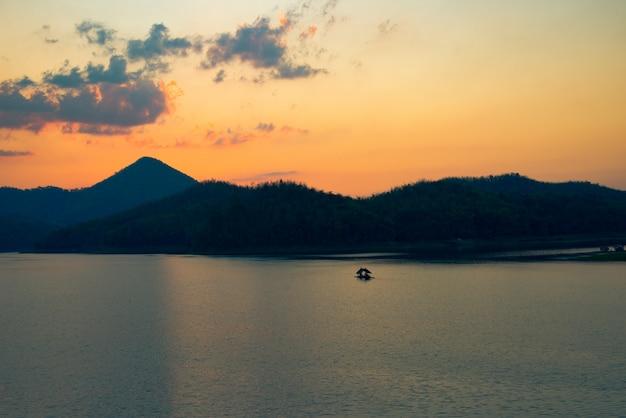 Crépuscule ciel rivière coucher de soleil couleur jaune paysage lac soirée temps nuages et montagnes