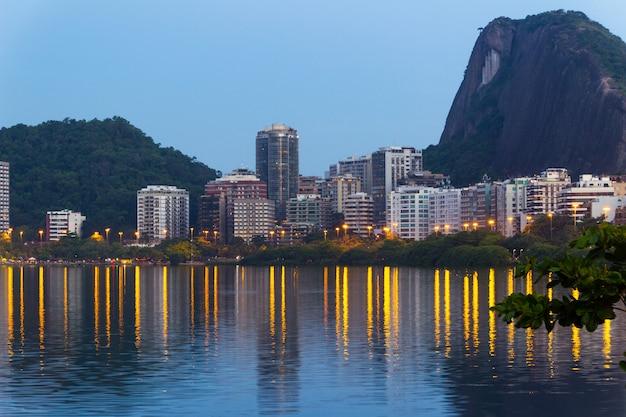 Crépuscule dans la lagune rodrigo de freitas, à rio de janeiro.