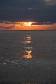 Crépuscule du coucher du soleil à la mer, beau ciel de l'île d'andaman, thaïlande