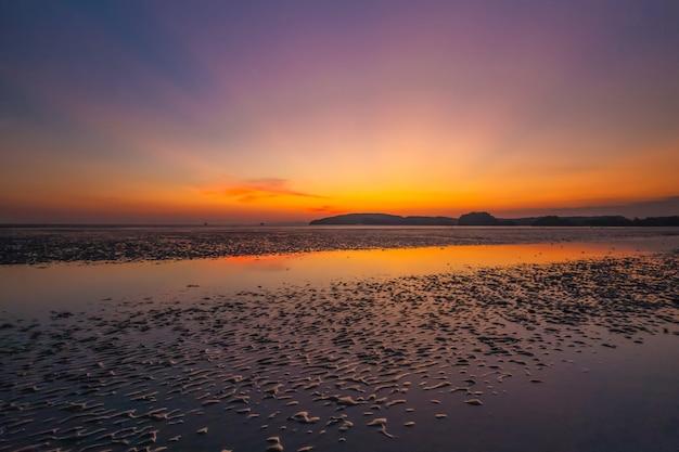 Crépuscule lumière de nopparat thara beach