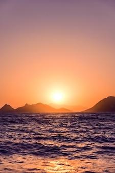 Crépuscule de la nature et concept de vacances à la plage vintage coucher de soleil d'été sur les mers de la côte de la mer méditerranée...
