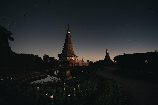 Crépuscule de la pagode jumelle dans le parc national de doi inthanon et la montagne avec le lever du soleil
