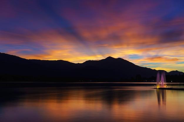 Crépuscule spectaculaire à st. wolfgang im salzkammergut sur la rive nord du lac de wolfgang , autriche