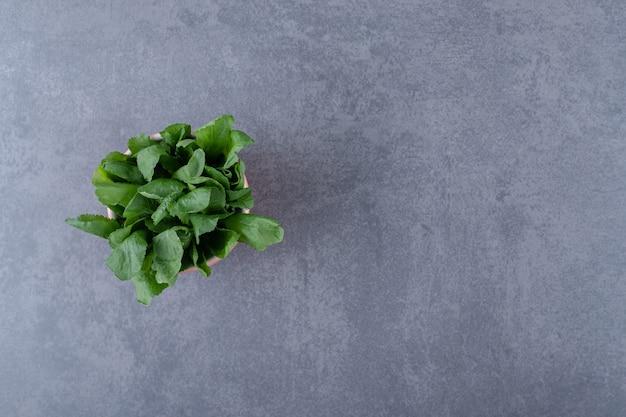 Cresson frais en tasse, sur la surface en marbre.