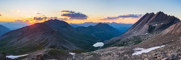 Crête de taillante dans les alpes françaises au coucher du soleil, paysage de montagne idyllique terrain rocheux et lac alpin à haute altitude, vue panoramique