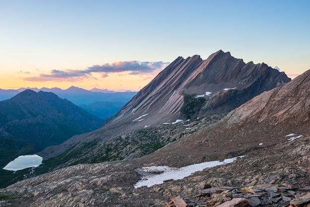 La crête de taillante dans les alpes françaises au coucher du soleil, paysage de montagne idyllique terrain rocheux et lac alpin à haute altitude