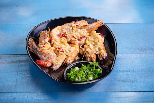 Crevettes à l'ail au beurre ou crevettes à l'ail crémeuses qui sont un délicieux plat asiatique