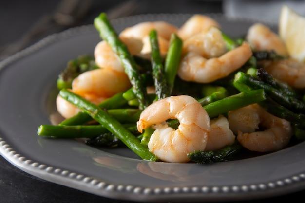 Crevettes et asperges vertes