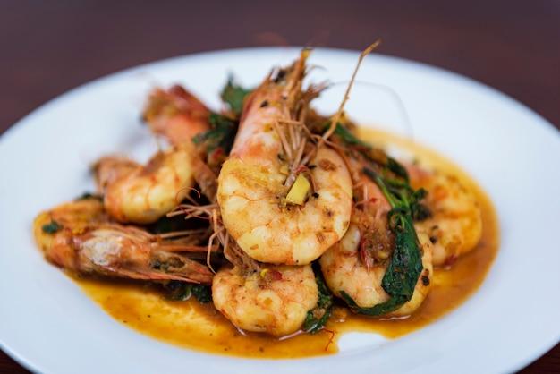 Crevettes au curry rouge, cuisine thaïlandaise, gros plan