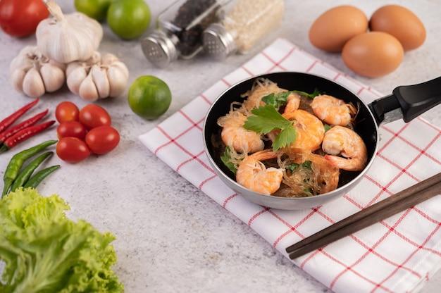 Crevettes au four avec nouilles en verre.