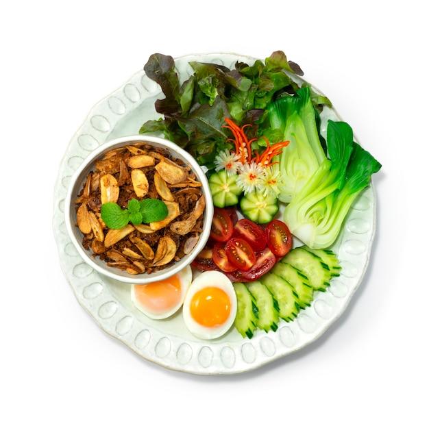 Crevettes au piment balachaung pâte séchée style birman servi légumes et œufs à la coque topview