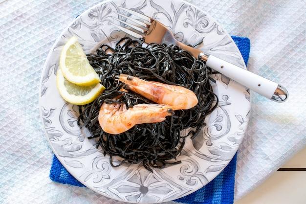 Crevettes aux algues noires et tranches de citron