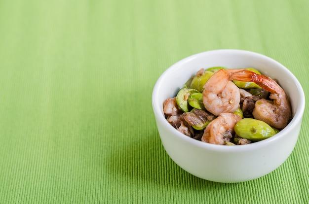 Crevettes aux épices frites avec haricot amer (parkia speciosa) et sauce aux crevettes, menu thaï
