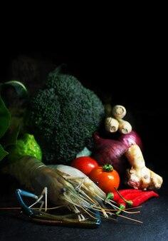 Crevettes aux légumes avant de cuisiner sur fond noir
