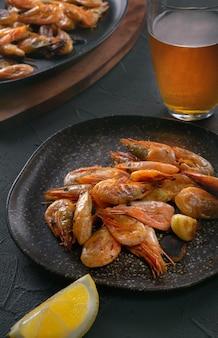 Crevettes, bière et citron