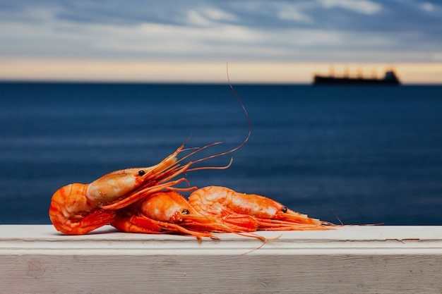 Crevettes bouillies ou crevettes tigrées au bord de la mer