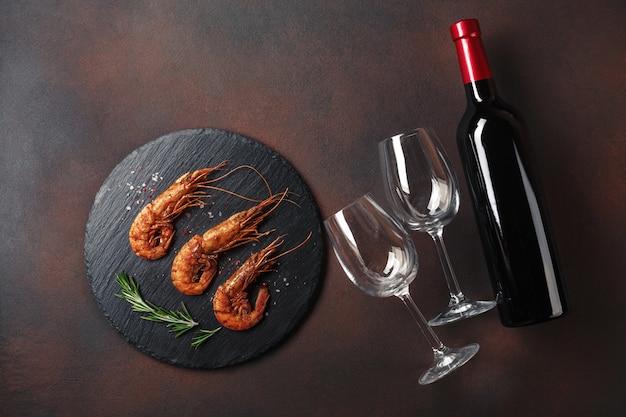 Crevettes avec une bouteille de vin. t