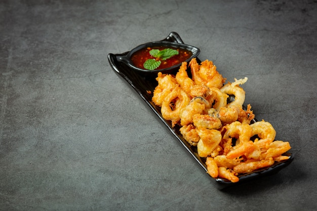 Crevettes et calamars frits avec sauce épicée