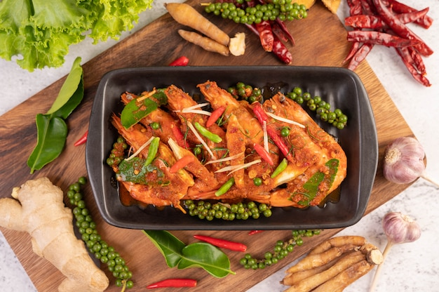Crevettes chuchi sur une assiette avec des graines de poivre frais