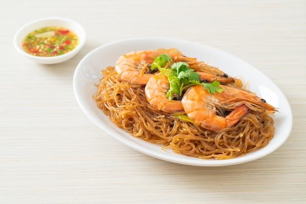 Crevettes en cocotte ou au four avec nouilles en verre ou crevettes en pot avec vermicelles